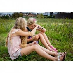 Kaléidoscope enfant Huckleberry avec deux petites filles qui regardent