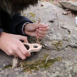 Loupe enfant incassable en bois Huckleberry mains