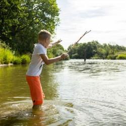 Kit de pêche pour enfant : fil et hameçon Huckleberry enfant qui pêche
