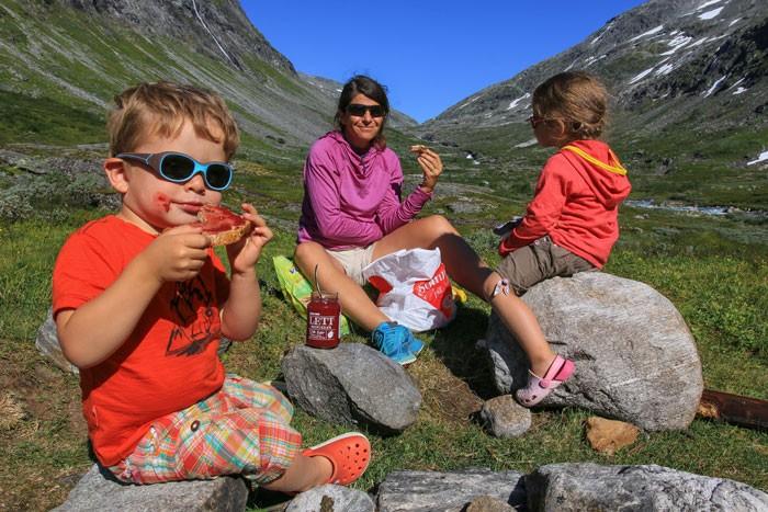 Norvege-enfant-pique-nique