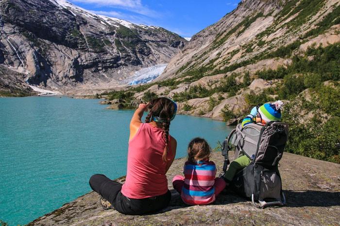 Norvege-randonnee-enfant-glacier