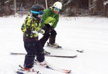 papa qui apprend à skier à son fils