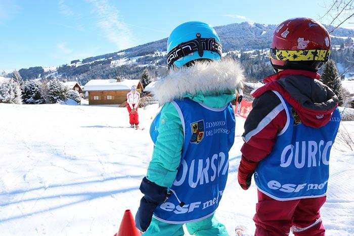apprentissage du ski pour 2 enfants et un moniteur sur une pente douce