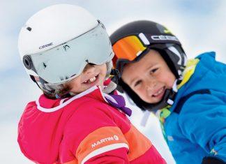 deux enfants au ski avec leur casque