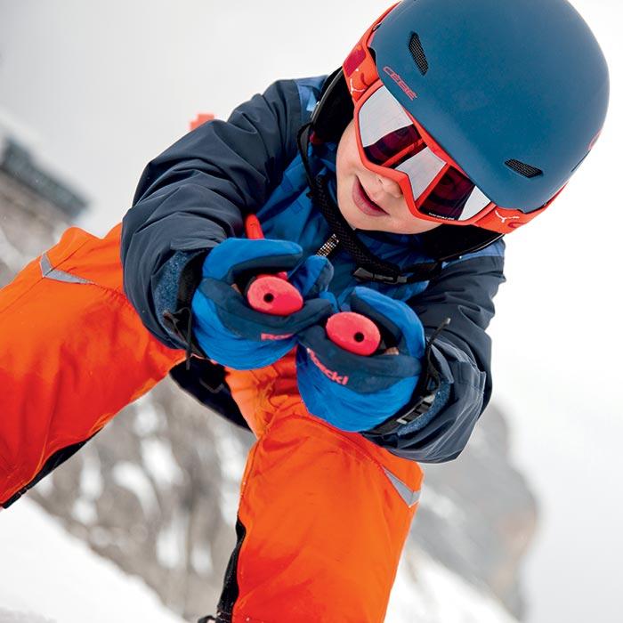 enfant au ski tout schuss bien protégé avec son casque