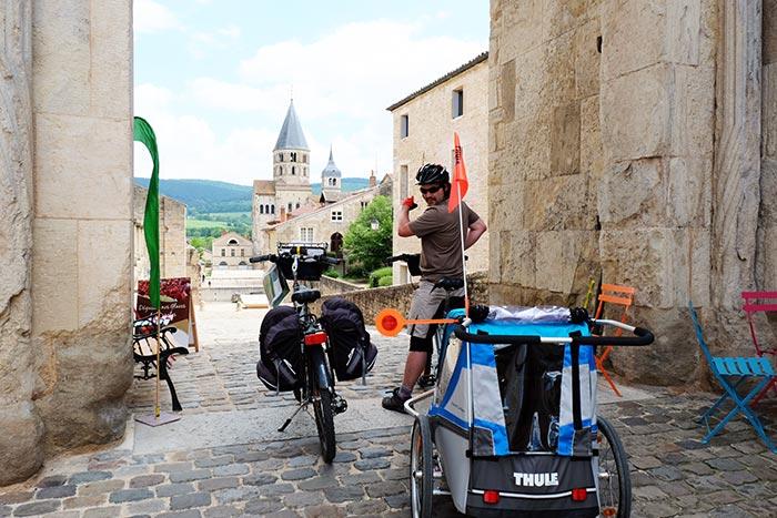 aux portes de Cluny avec les vélos et la carriole