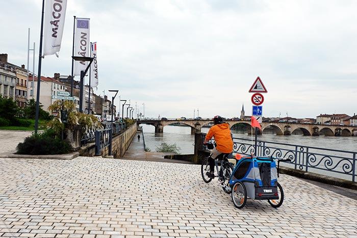 Départ du road trip en familleà Mâcon avec la carriole à vélo