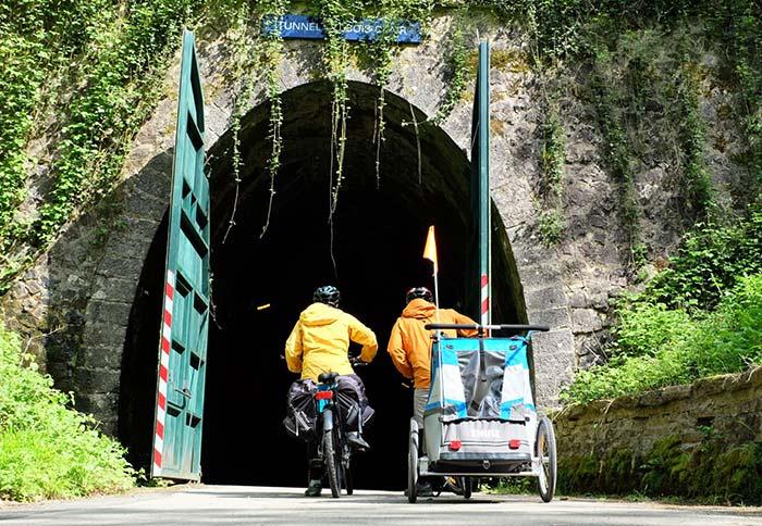 on se prépare à rouler dans le tunnel de bois clair