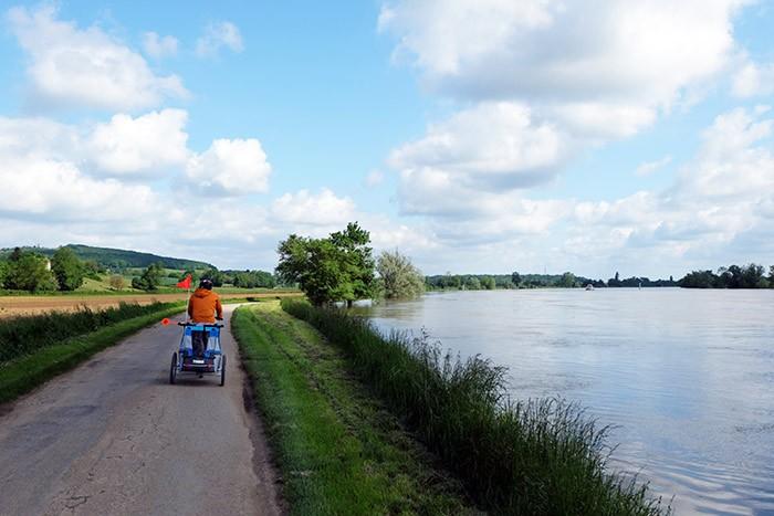 Erin et son papa circulent en bord de Saône.