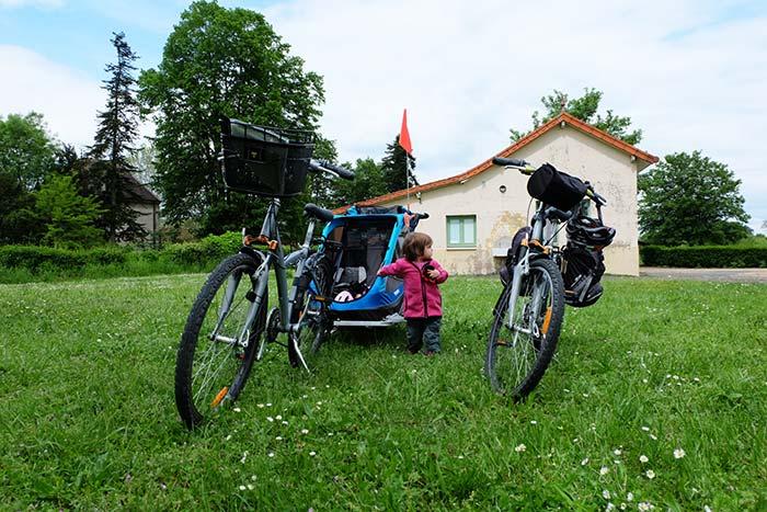 Erin avec les deux vélos et sa carriole