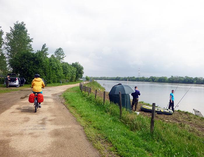 Passage à vélo en bord de Saône en famille.