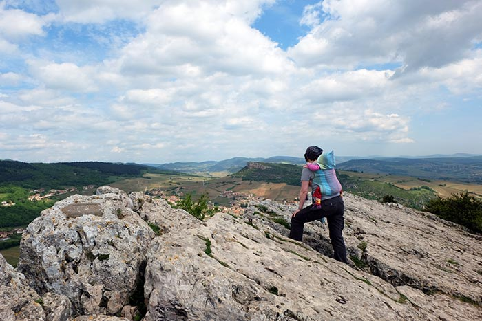 Arrivée de la randonnée en famille au sommet de la roche de Solutré avec un beau panorama