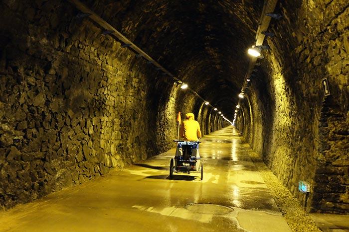 On circule à l'intérieur du tunnel de bois clair qui est eclairé