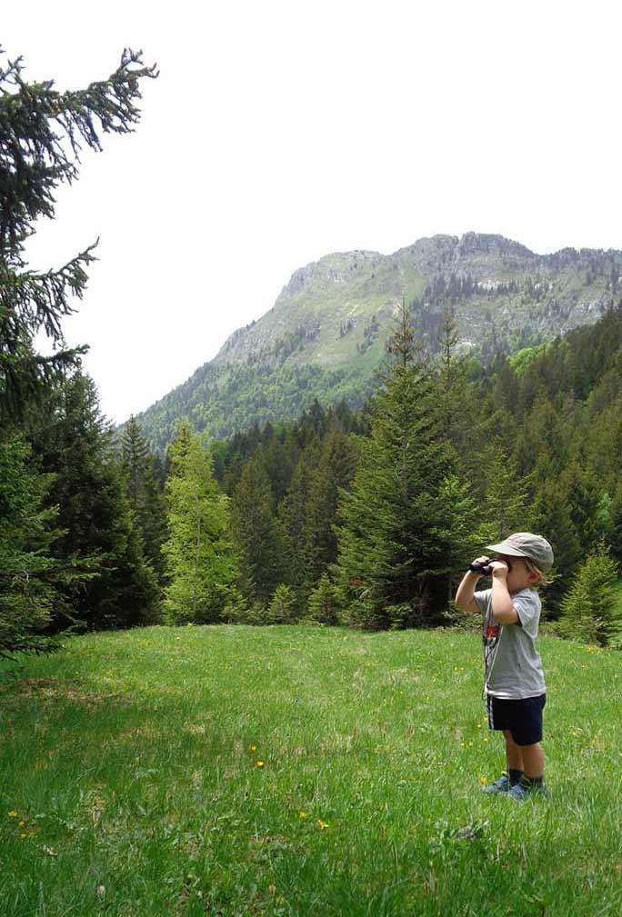 observation aux jumelles durant une rando en montagne en famile