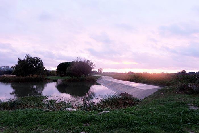 vue au soleil couchant sur une digue