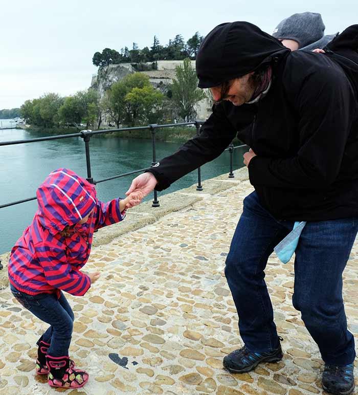 Danse sur le Pont d'Avignon entre Erin et papa