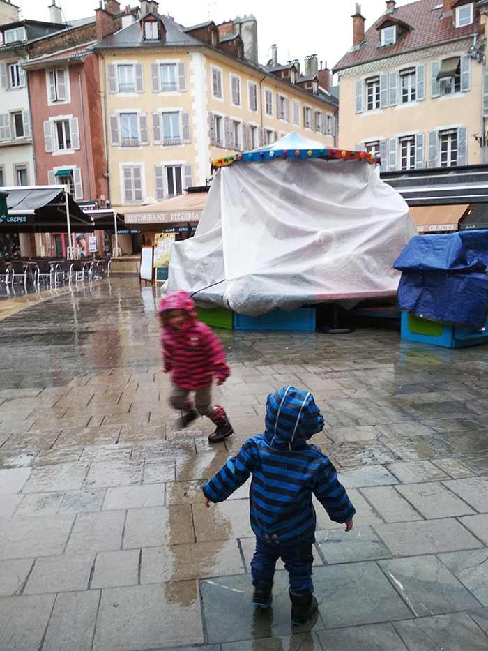 les enfants joue à chat dans les rues du centre ville de Gap