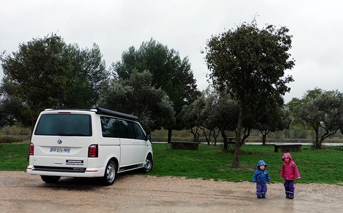 les enfants en ciré devant le van