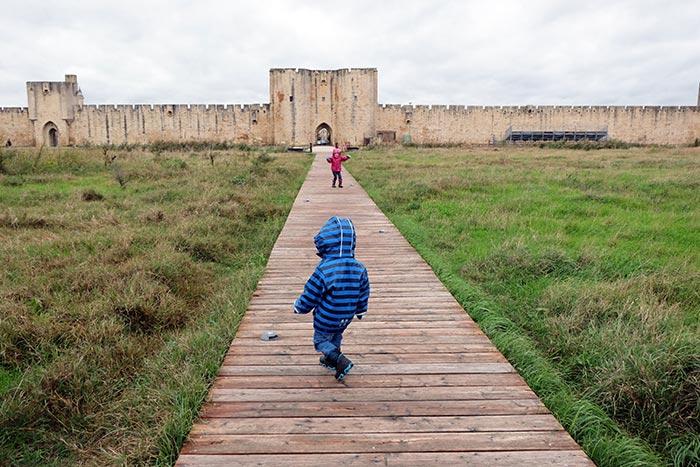 les enfants Erin et Cian devant les remparts d'Aigues Mortes