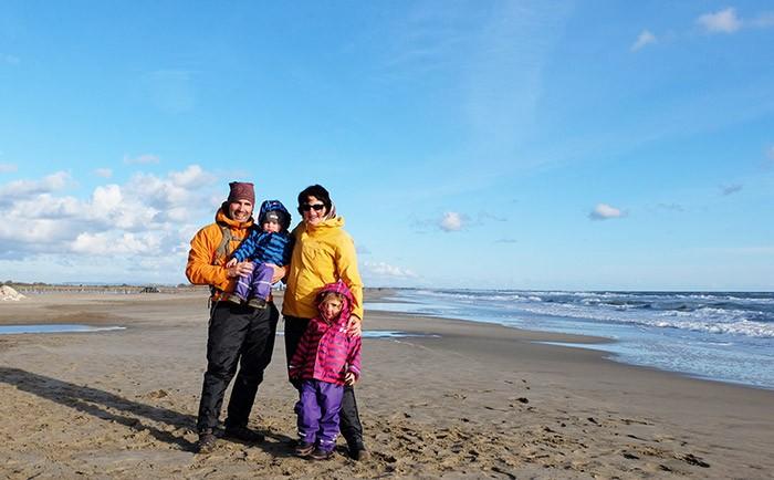 portrait de famille sur la plage une fois le soleil revenu