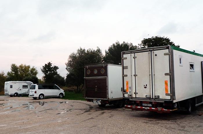 le parking où le van est garé avec nos voisins