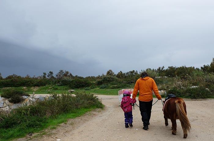 Erin, papa et le poney sur un chemin en Camargue