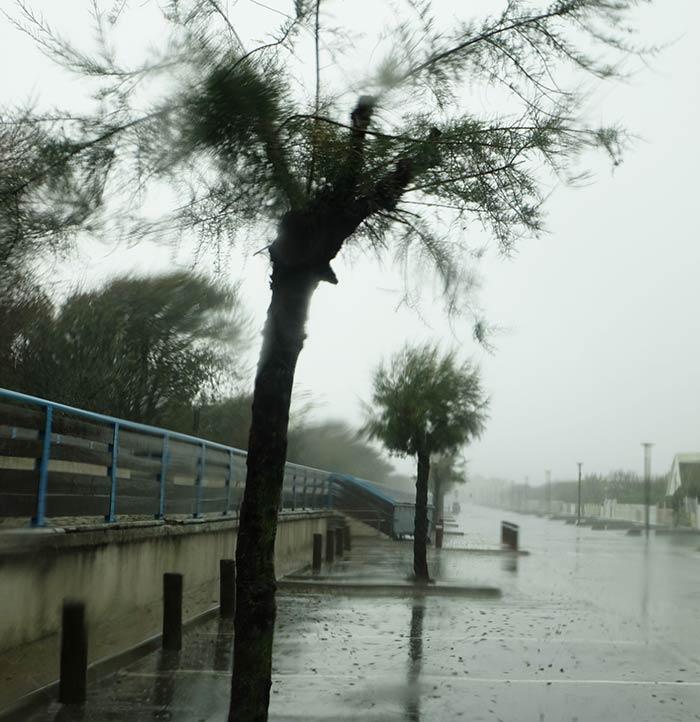 pluie diluvienne dans les rues des Saintes Maries de la Mer