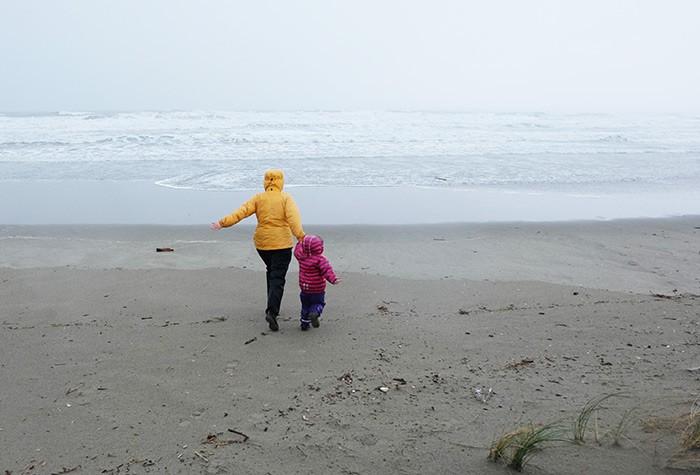 balade en famille sur le sable mouillé, face à la mer
