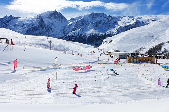 le stade d'apprentissage du ski de la station du chazelet, face à la meije