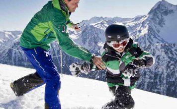 papa et son enfant jouent dans la neige à la station de saint lary dans les pyrénées