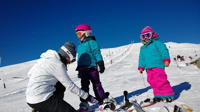 snowboard avec les enfants dans la station de saint lary