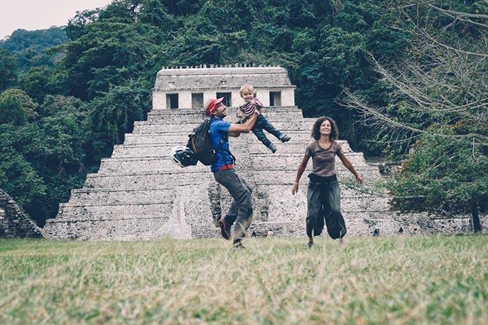 olivier et sa famille devant un temple maya