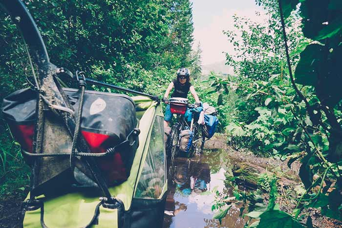 traversée d'une végétation luxuriante durant le road-trip à vélo