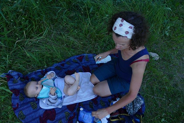 le moment du change d'axel dans l'herbe sur une petite couverture