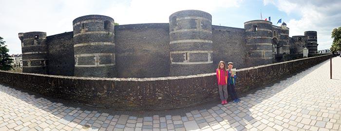 devant la muraille du château d'Angers