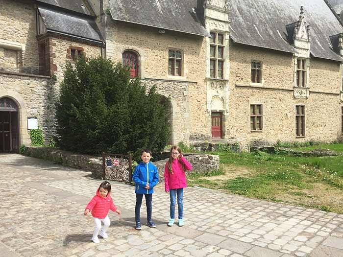 devant le château de Laval