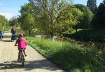 à vélo en famille sur l'itinéraire de la Vélo Francette