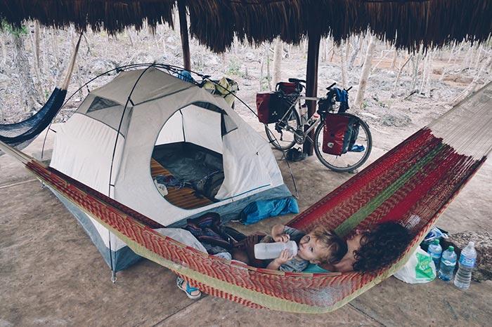 sieste entre bébé et maman durant un voyage bébé en famille