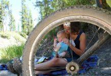 maman et bébé font uen pause lors du voyage à vélo