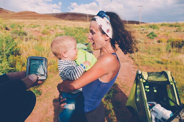 maman et bébé posent à côté de la remorque