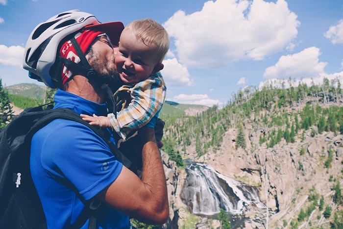 papa avec le casque de vélo et bébé