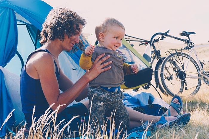 maman et bébé au bivouac en pleine nature durant le périple vélo