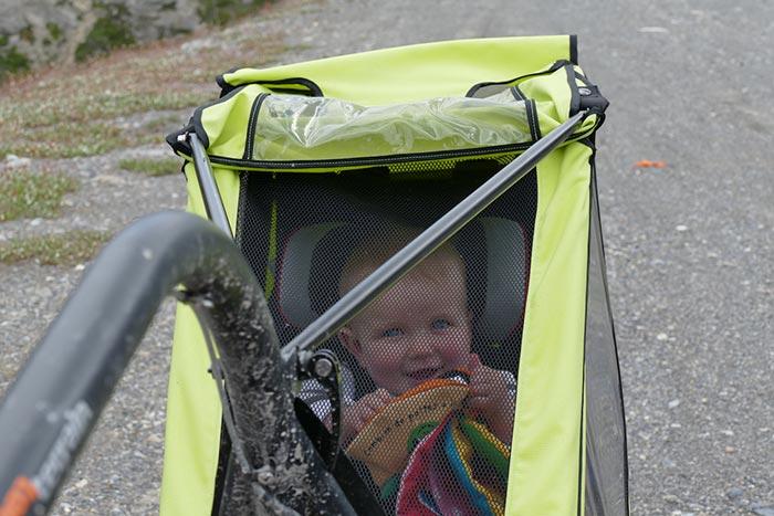 bébé bien installé dans sa cariole lors du voyage à vélo en famille