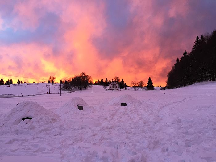 les igloo au coucher de soleil sur le front de neige de la station du champ du feu