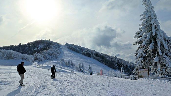 front de neige de la station de ski de la planche des belles filles avec sapins enneigés