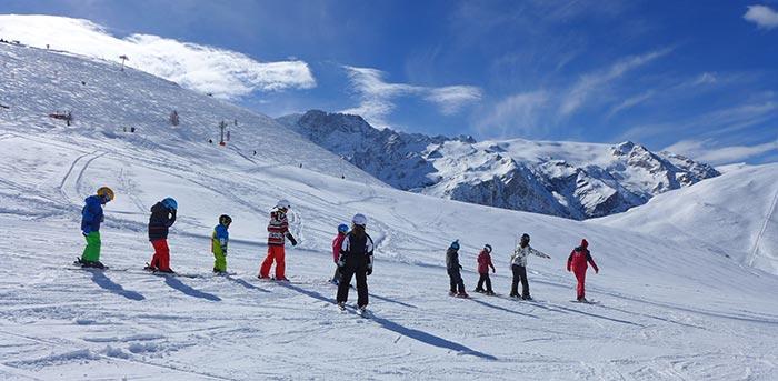 cours de ski enfants sur le domaine du chazelet face à la meije