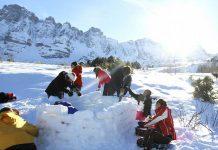 construction d'un igloo en famille dans les pyrénées