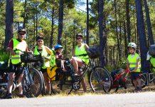 portrait de famille en road trip vélodyssée dans la forêt des landes