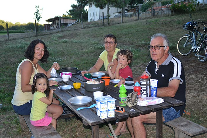 au camping autour de la table de pique-nique