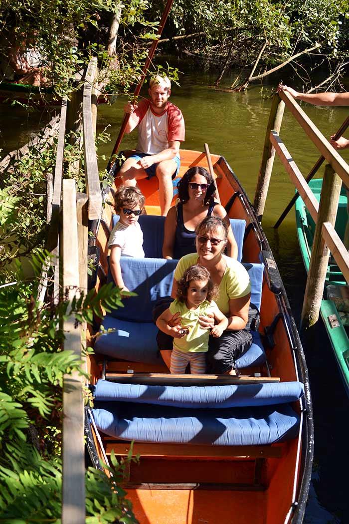 portrait de la famille dans le bateau sur le courant d'huchet avec le batelier